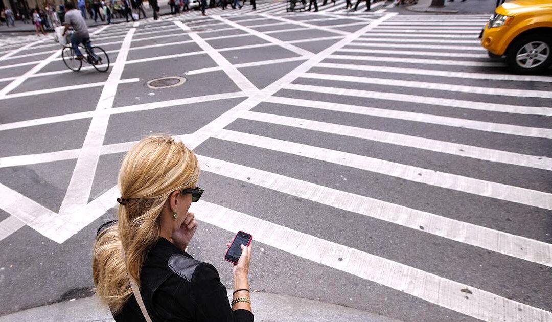 Pedestres no trânsito: Regras sobre o uso do celular para evitar atropelamentos