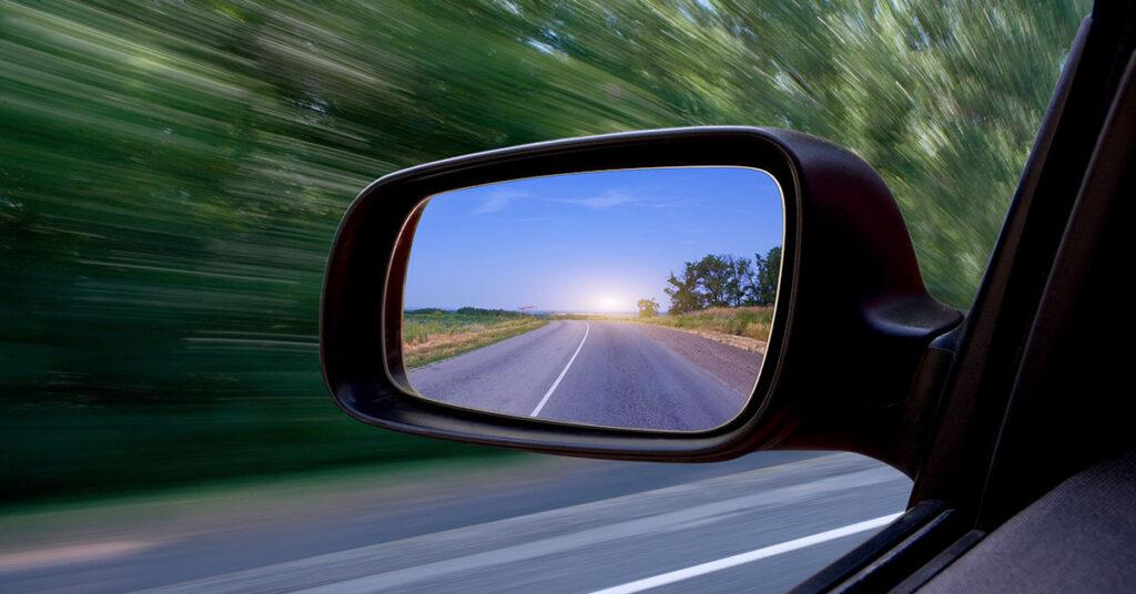 Aprenda a ajustar os retrovisores para reduzir os pontos cegos no trânsito