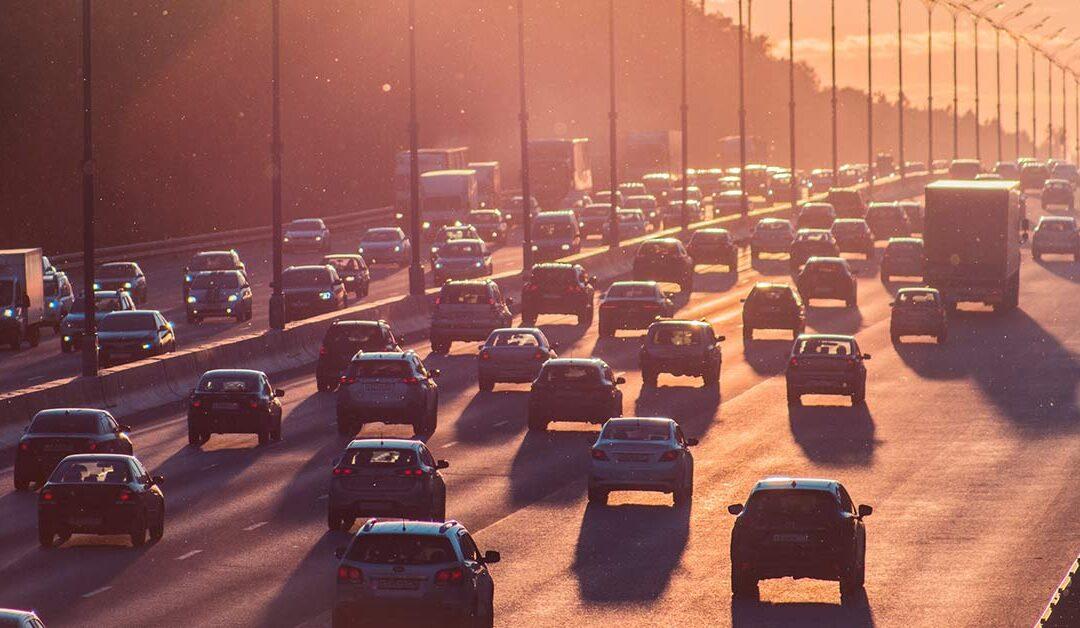 Manter uma distância segura entre veículos evita multas e acidentes. Fique atento!