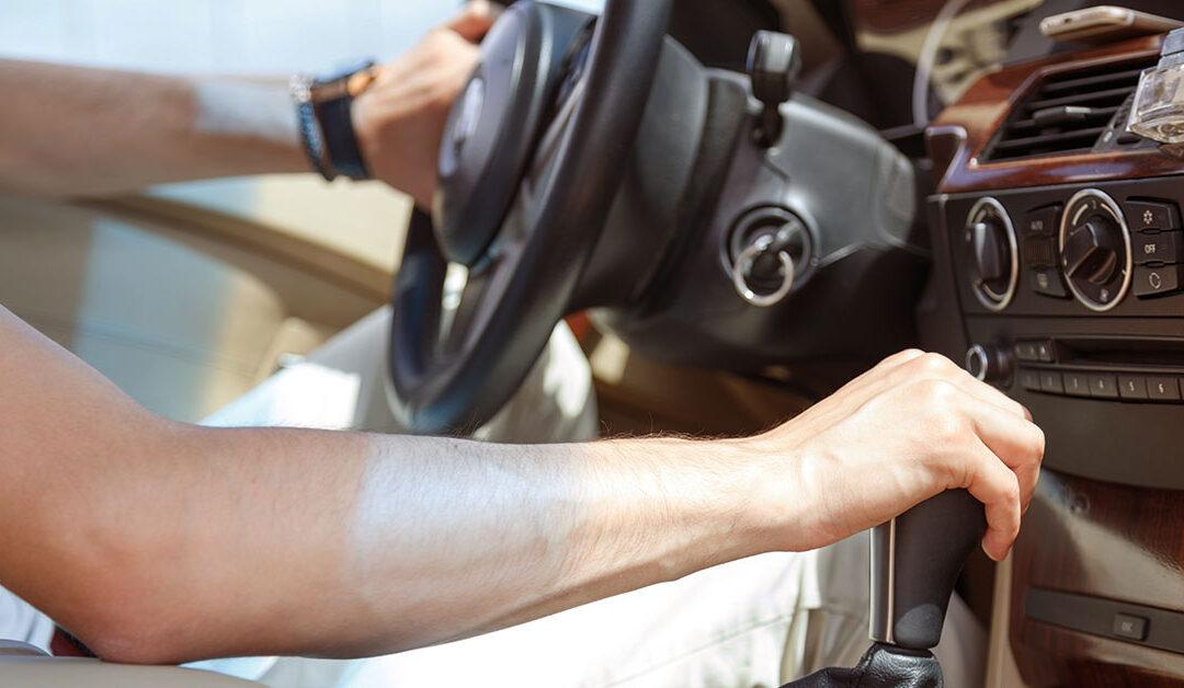 6 vícios ao volante que você ignora, mas podem estragar o seu veículo